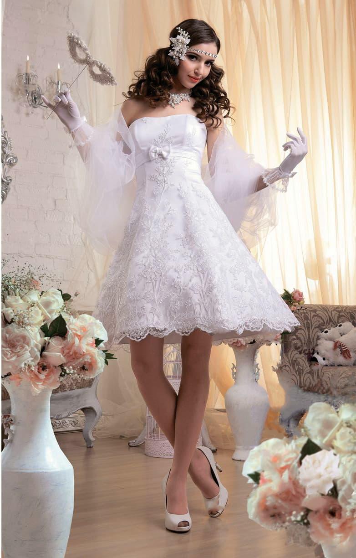 Стильное свадебное платье с завышенной линией талии и короткой юбкой пышного кроя.
