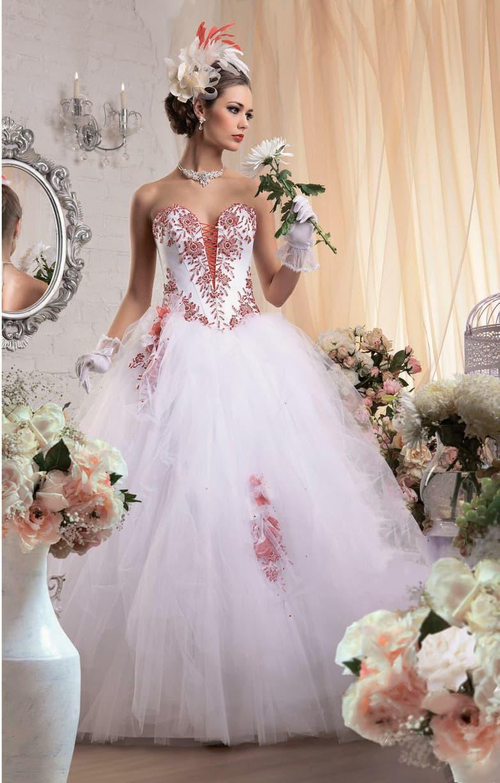 Очаровательное свадебное платье с многослойным низом и открытым корсетом, украшенным вышивкой.