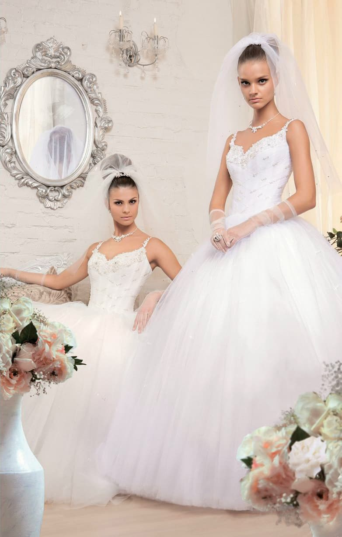 Свадебное платье с романтичной пышной юбкой и фактурным открытым лифом с тонкими бретелями.