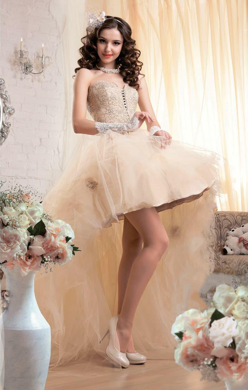 Золотистое свадебное платье с короткой юбкой, дополненной сзади полупрозрачным длинным шлейфом.