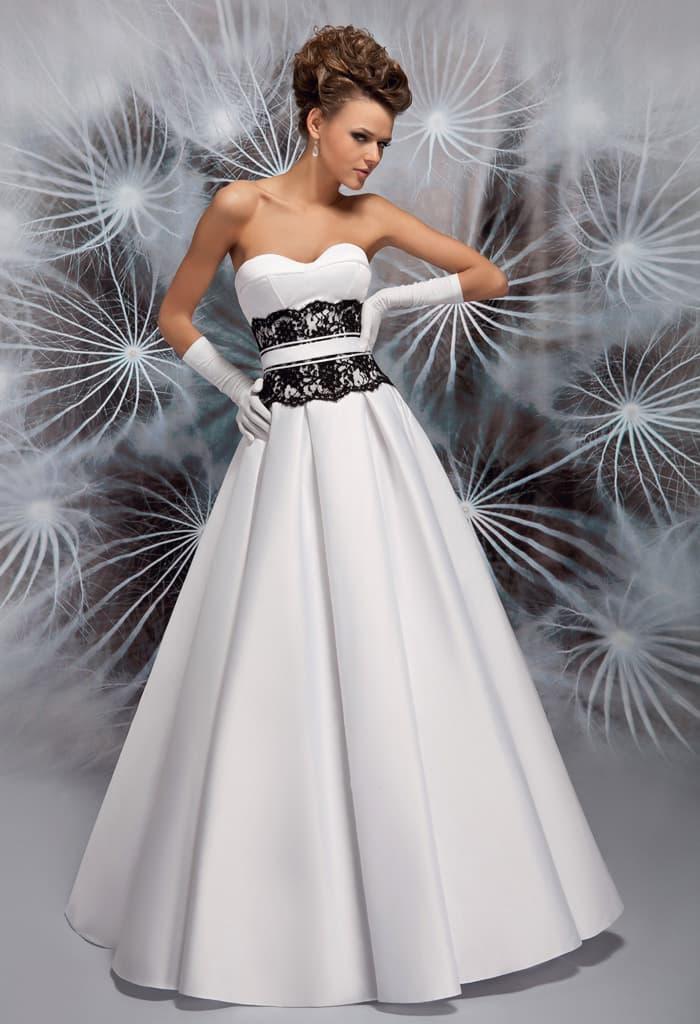 Атласное свадебное платье с черным кружевом на талии и открытым вырезом.
