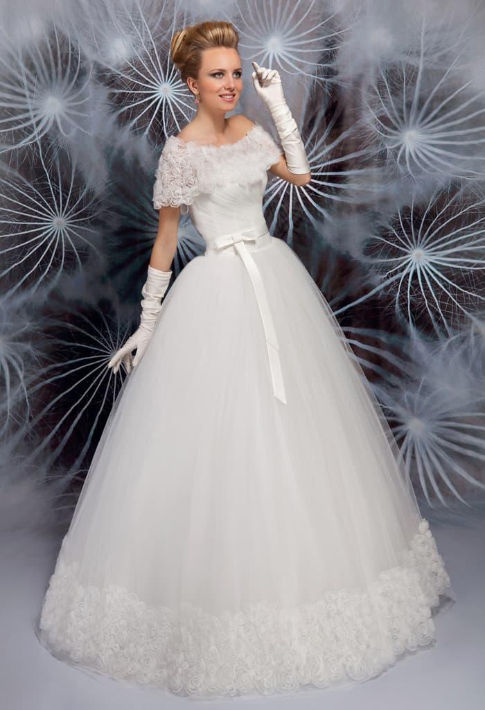 Пышное свадебное платье с изящным болеро и узким атласным поясом.