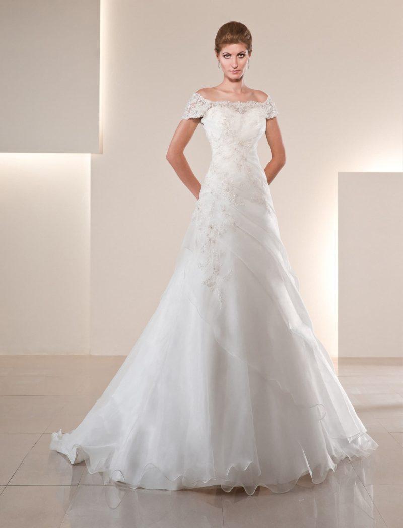Стильное свадебное платье с широким округлым декольте, кружевными бретелями и юбкой А-кроя.