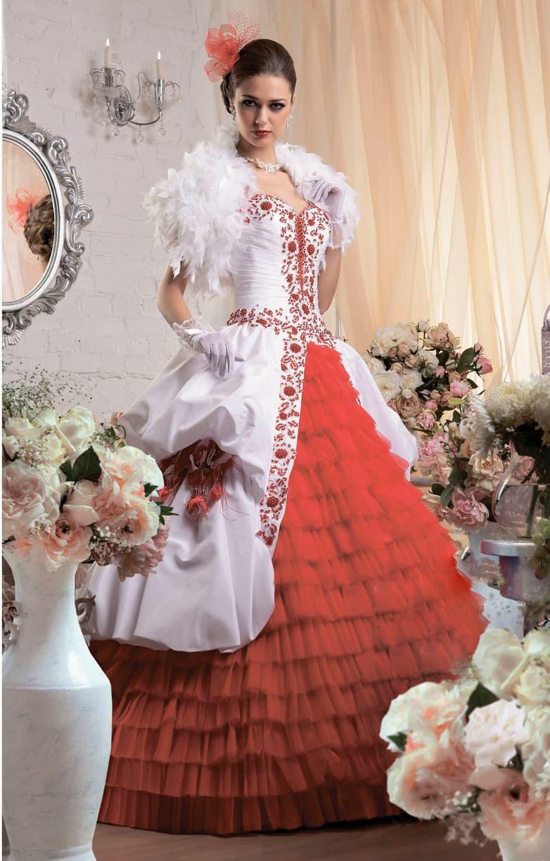 Незабываемое свадебное платье с алой отделкой пышного подола и цветной вышивкой на корсете.