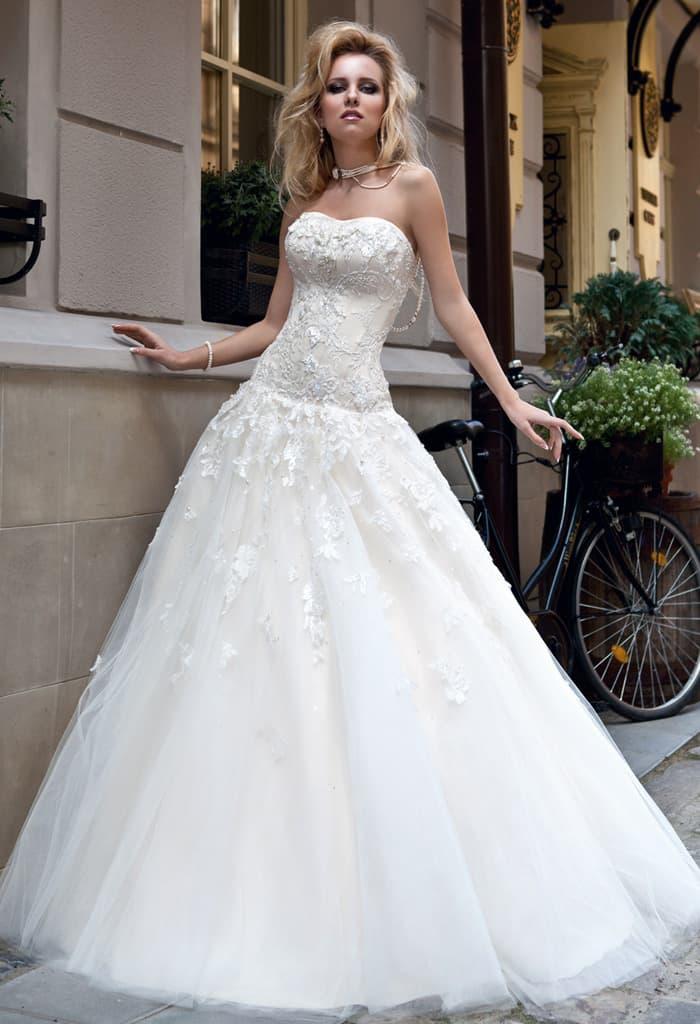Соблазнительное свадебное платье с фактурным открытым корсетом и пышным подолом.