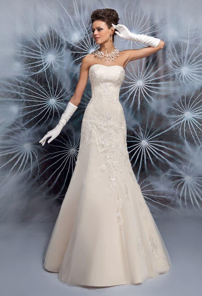 Облегающее свадебное платье с деликатным лифом и кружевным декором.
