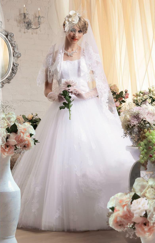 Роскошное свадебное платье с классическим открытым корсетом и воздушным подолом.