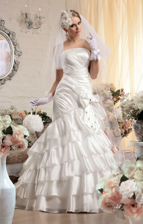 Атласное свадебное платье «рыбка» с открытым корсетом и оборками по нижней части юбки.