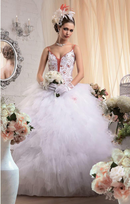 Пышное свадебное платье с юбкой, покрытой оборками, и цветной отделкой открытого верха.
