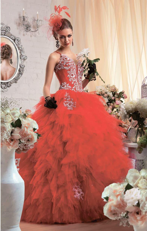 Красное свадебное платье пышного кроя с узкими бретельками и вышивкой по корсету.