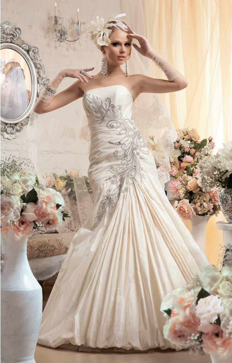 Атласное свадебное платье с деликатным открытым лифом и вышивкой из бисера по боку корсета.
