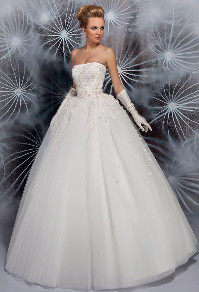 Чарующее свадебное платье пышного кроя с лаконичным прямым лифом, украшенным вышивкой.