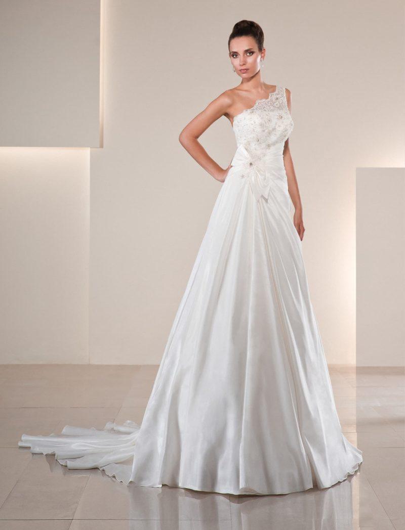 Очаровательное свадебное платье «принцесса» с асимметричным лифом, украшенным бисером.