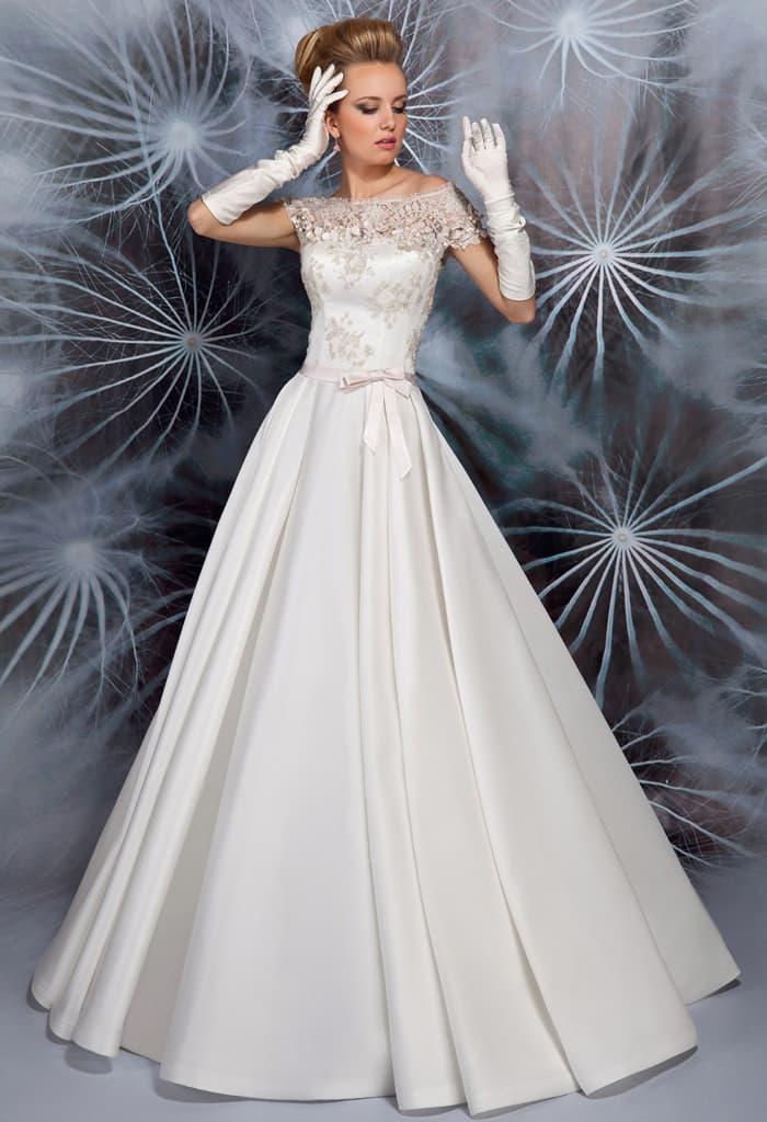 Свадебное платье с потрясающим портретным вырезом и элегантной атласной юбкой.