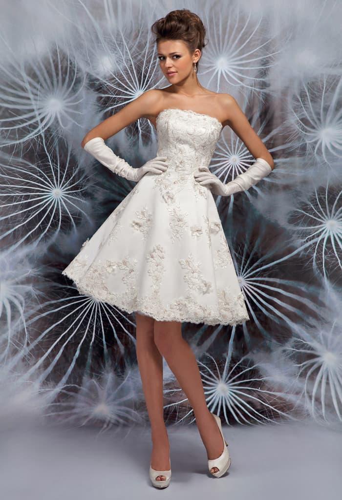 Открытое свадебное платье с короткой юбкой А-силуэта и объемным декором.