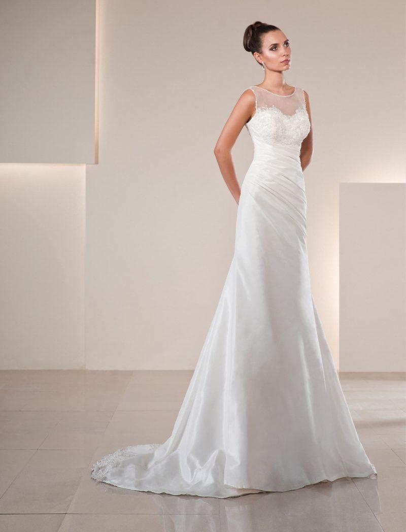 Закрытое свадебное платье с полупрозрачной отделкой лифа и кружевным декором.