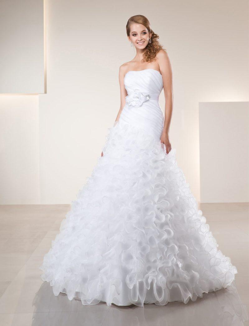 Эксцентричное свадебное платье с атласным поясом с бутоном и юбкой, покрытой оборками.