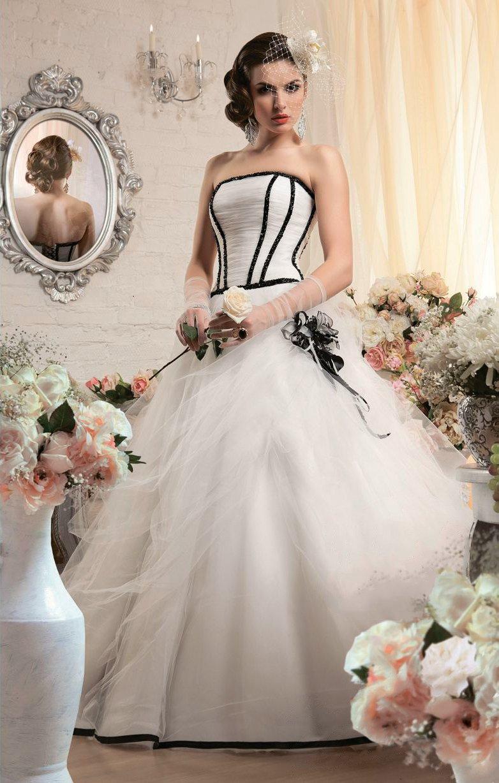 Пышное свадебное платье с открытым корсетом, контрастно оформленным черным атласом.
