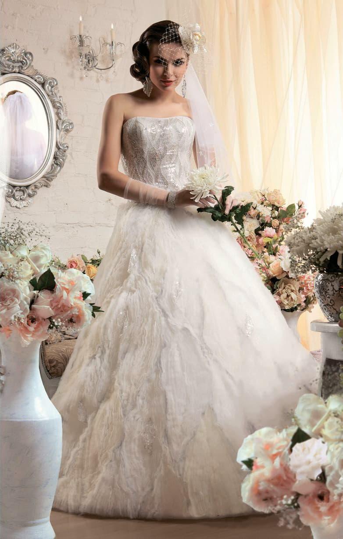 Стильное свадебное платье пышного кроя, украшенное сияющей бисерной вышивкой.