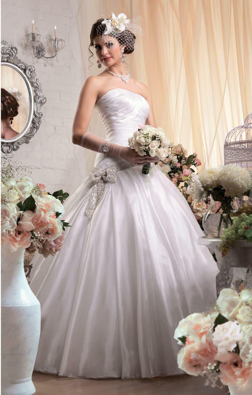 Элегантное свадебное платье из атласной ткани, с сияющим бантом сбоку на линии талии.
