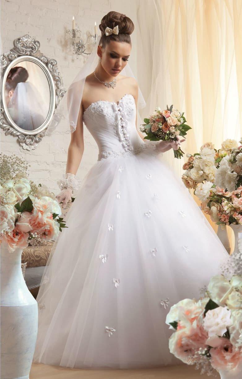 Романтичное свадебное платье с лифом в форме сердца и отделкой из бантов по корсету.