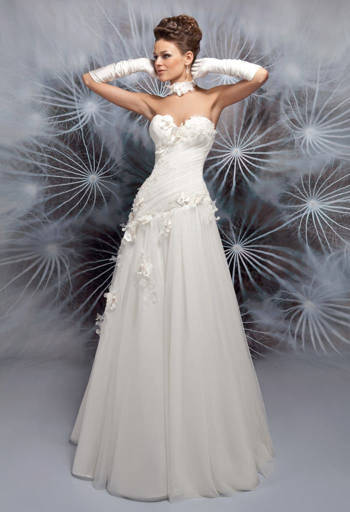 Свадебное платье А-кроя с объемной отделкой лифа в форме сердечка.