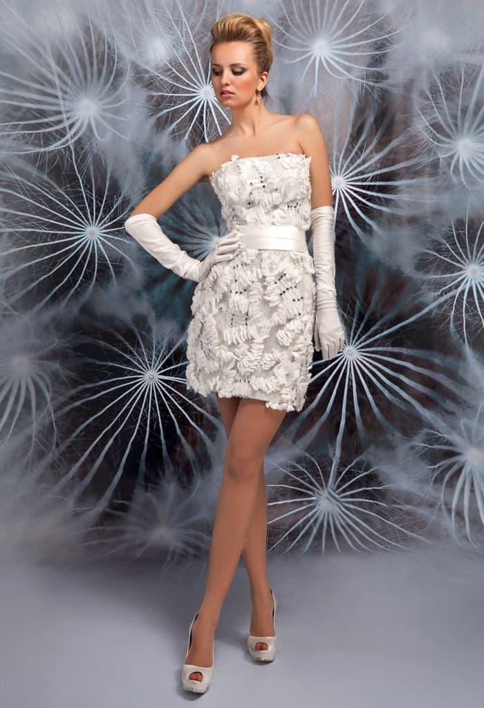 Необычное свадебное платье длиной до колена с объемной отделкой и широким атласным поясом.
