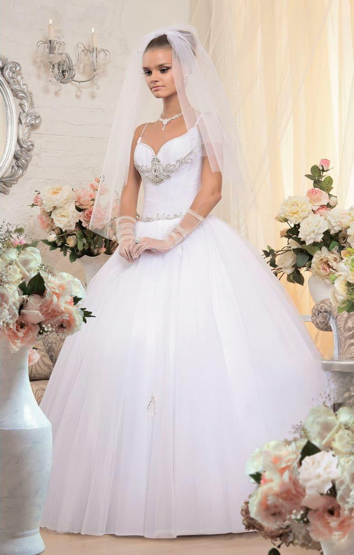 Торжественное свадебное платье с облегающим корсетом и бисерной вышивкой по лифу.
