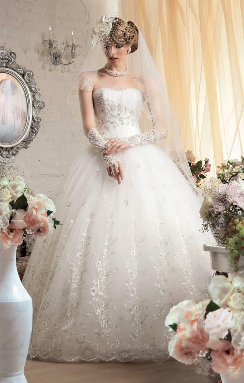 Классическое свадебное платье пышного кроя, украшенное вышивкой по открытому корсету.