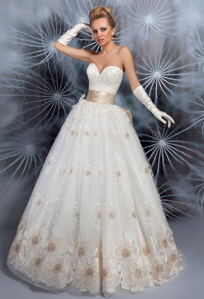 Восхитительное свадебное платье с золотистым поясом и роскошной отделкой пышной юбки.
