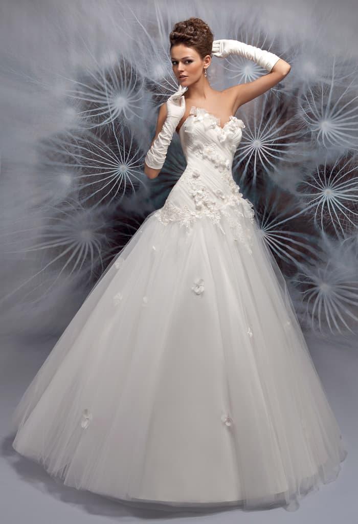 Роскошное свадебное платье с пышной юбкой и бутонами на открытом корсете.