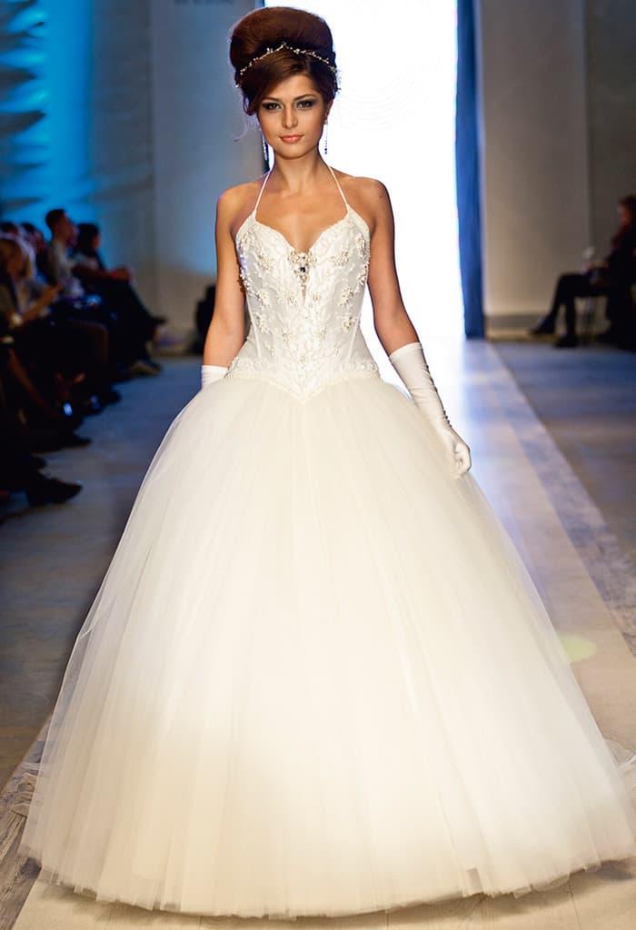 Торжественное свадебное платье с расшитым бисером атласным корсетом с узкими бретелями.