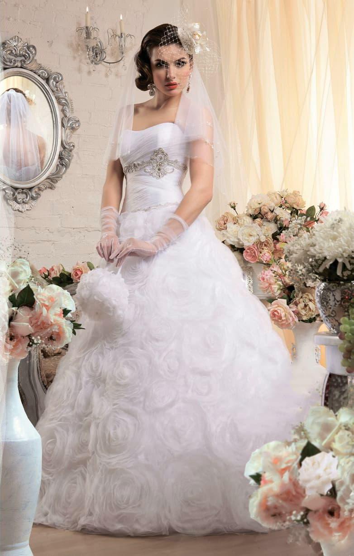 Открытое свадебное платье с бисерной вышивкой на корсете и романтичным декором юбки.