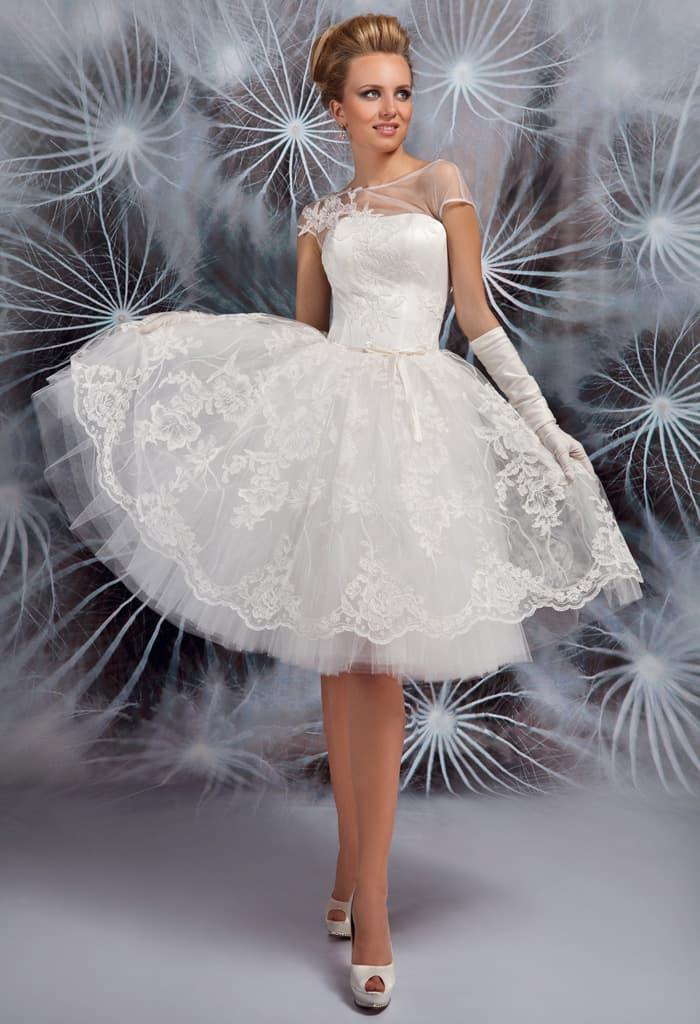 Необычное свадебное платье с кружевной юбкой до колена и закрытым верхом.