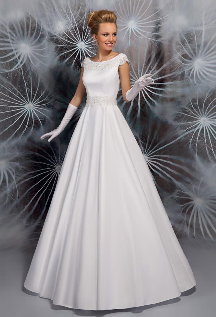 Закрытое свадебное платье из атласной ткани, с изящным округлым вырезом.