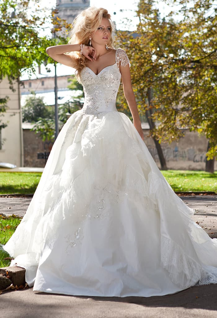 Элегантное свадебное платье из плотной ткани, украшенное сияющей вышивкой по корсету.