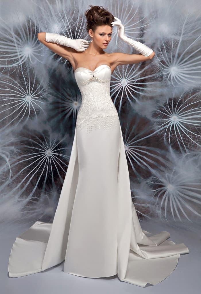 Драматичное свадебное платье с необычной атласной юбкой и открытым верхом.