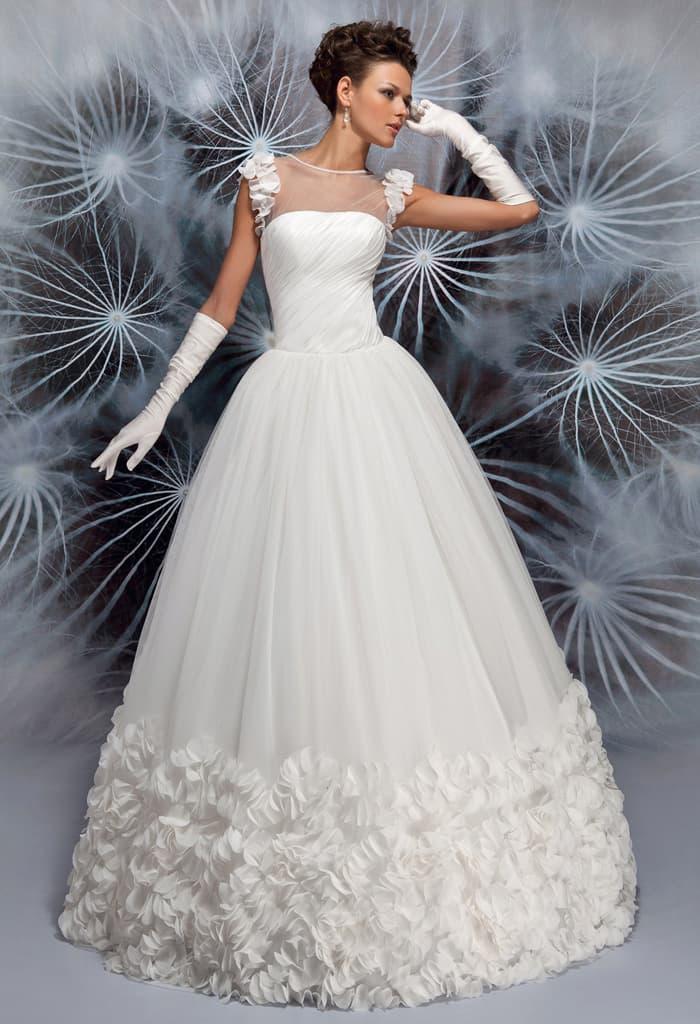 Кокетливое свадебное платье с объемным декором низа подола и тонкой вставкой на лифе.