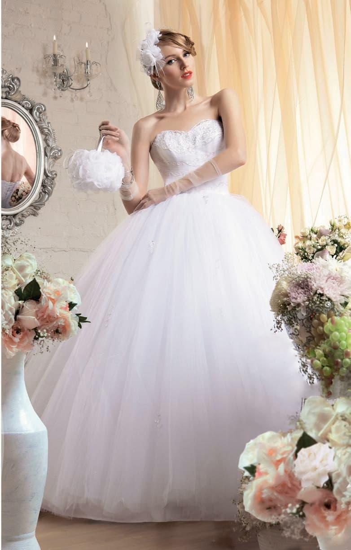 Великолепное свадебное платье с многослойным низом и открытым кружевным корсетом.
