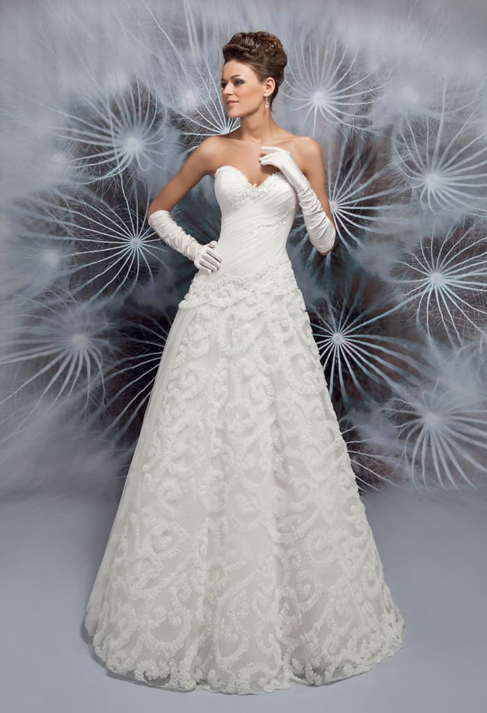 Кружевное свадебное платье А-силуэта с открытым лифом в форме сердца.