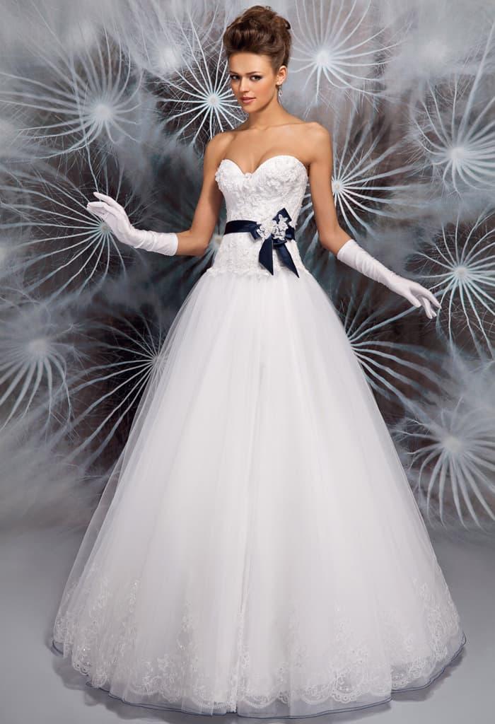 Открытое свадебное платье с пышной юбкой и контрастным поясом из атласа.