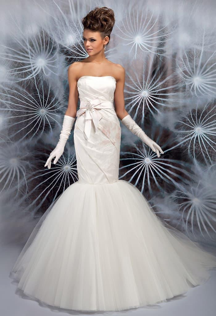 Эффектное свадебное платье «русалка» с верхом из атласа с цветочным принтом.