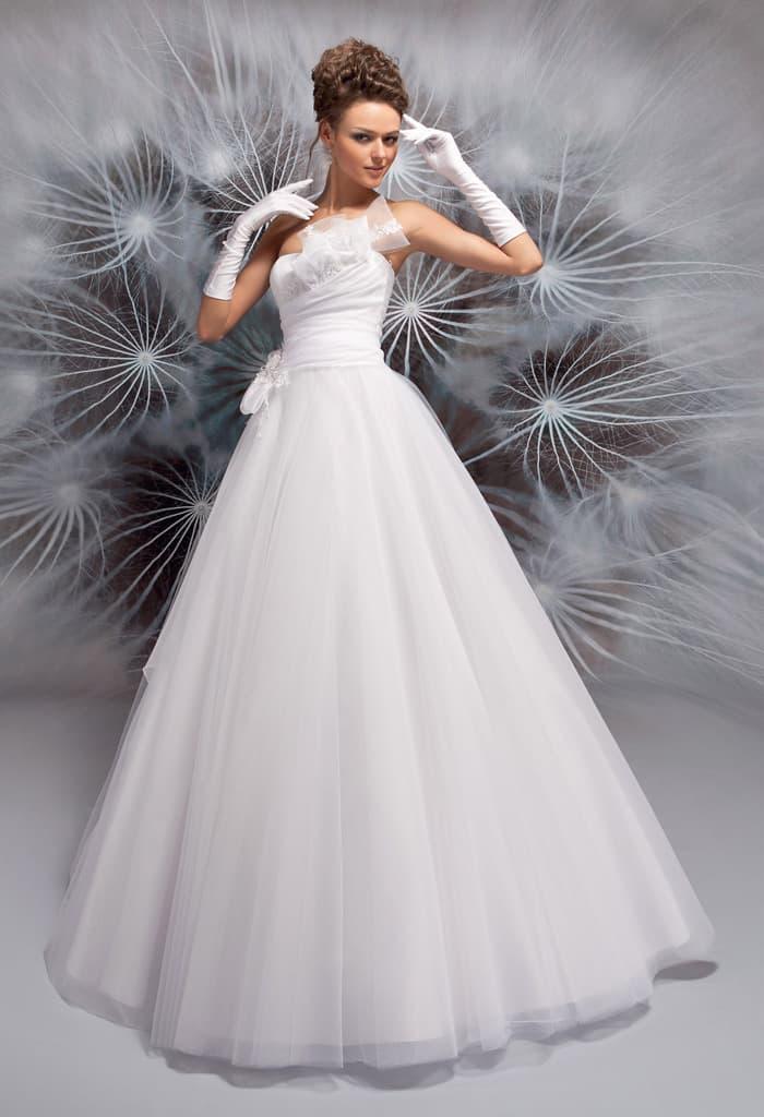 Пышное свадебное платье с объемной отделкой открытого корсета.