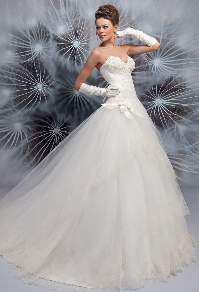 Очаровательное свадебное платье пышного кроя со шлейфом и открытым лифом.