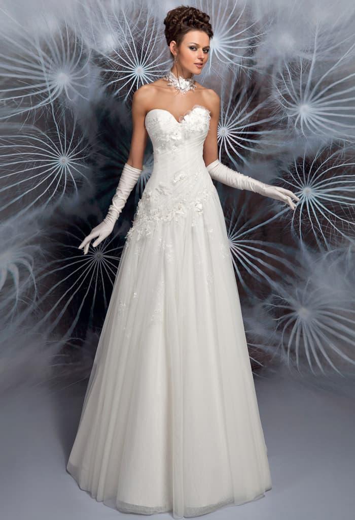 Сдержанное свадебное платье «принцесса» с корсетом, покрытым объемной отделкой.