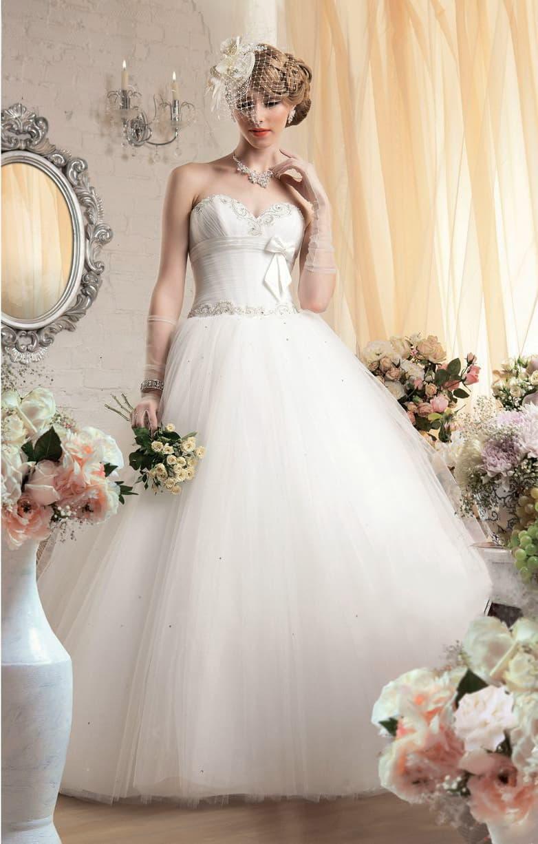 Пышное свадебное платье с открытым корсетом из атласа, украшенным поясом с бантом.
