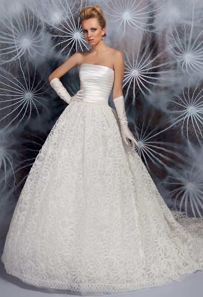 Роскошное свадебное платье пышного кроя с кружевной юбкой и открытым корсетом из атласа.