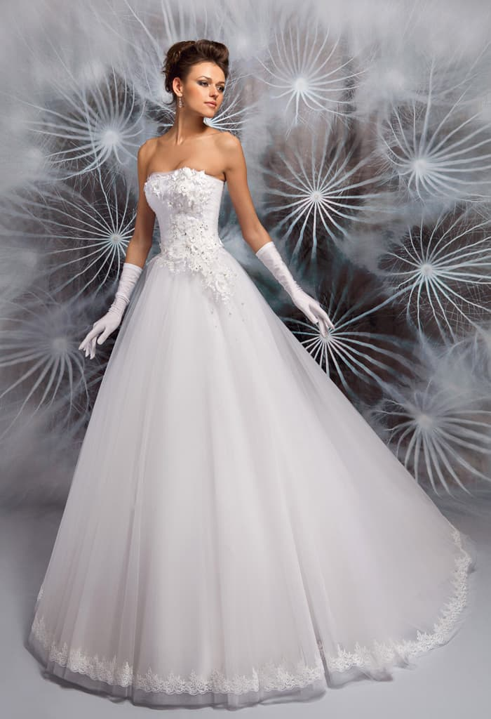 Элегантное свадебное платье с романтичной пышной юбкой и фактурным корсетом.