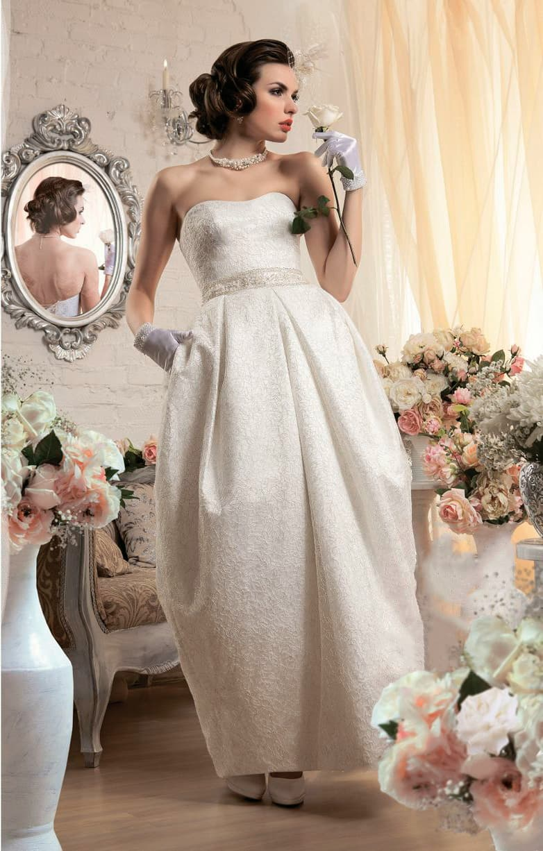 Кружевное свадебное платье с юбкой-тюльпан и изящным открытым лифом в форме сердца.