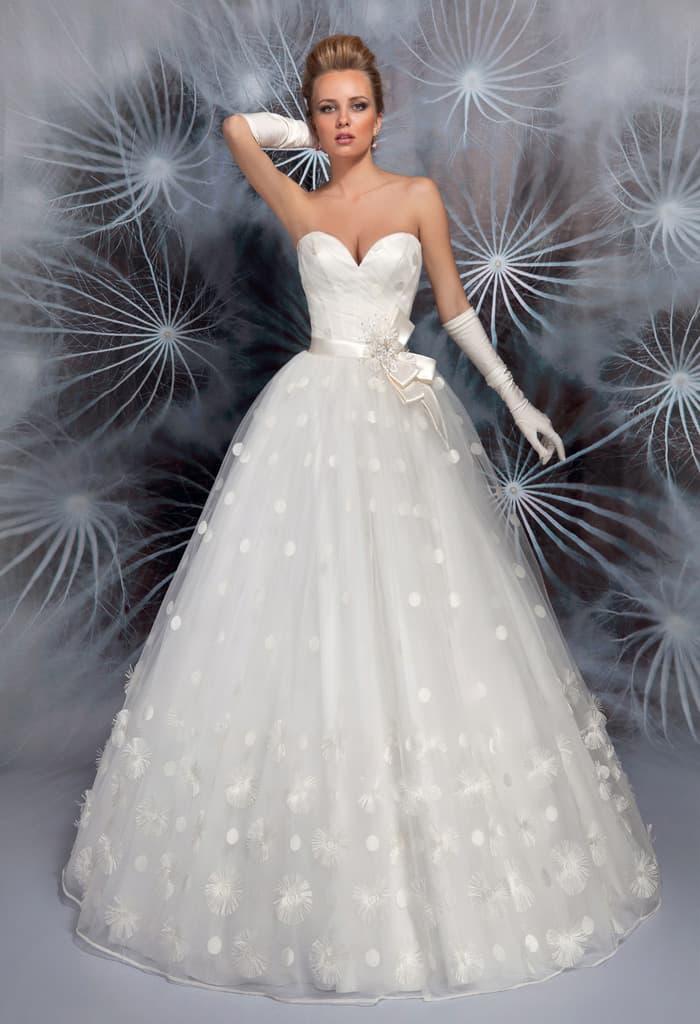 Торжественное свадебное платье с лифом в форме сердца и атласным поясом.